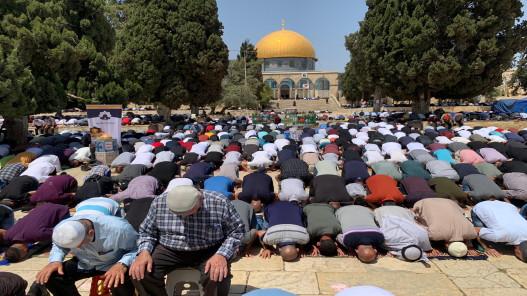 45 ألفا يؤدون صلاة الجمعة في المسجد الأقصى